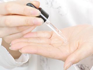 STEP1 美容液を手に取る