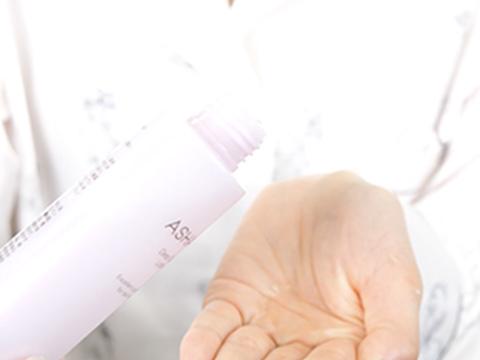 STEP1 化粧水を手に取る
