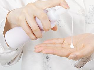 STEP1 乳液を手に取る